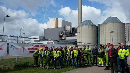 Havenarbeiders en klimaatactivisten samen in actie bij Hemwegcentrale, 2017. © Bart van Zoelen
